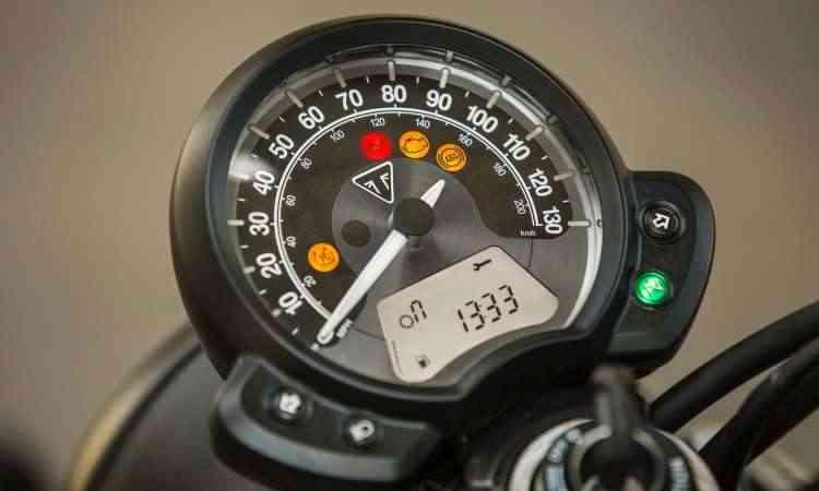 O painel tem relojão único equipado com indicadores analógicos e digitais - Gustavo Epifânio/Triumph/Divulgação