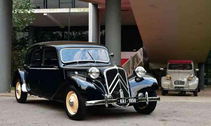 A beleza de um Traction Avant sendo admirada por um 2 CV(foto: Citroën/Divulgação)