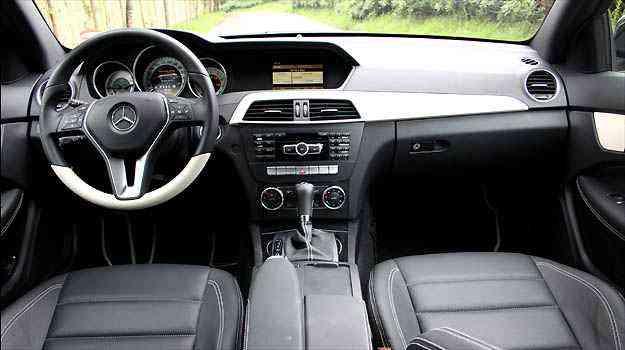 Volante tem boa pega e acabamento interno mantém padrão Mercedes  -