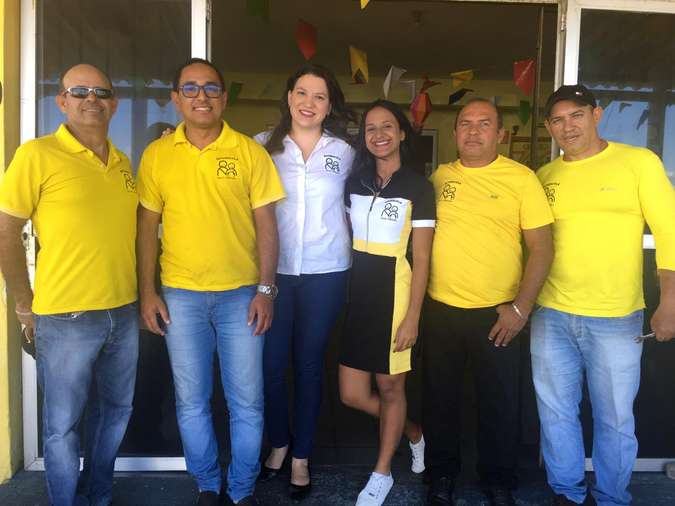 Jéssica Ferreira reunida com a equipe da Auto Escola Boa Viagem(foto: Grupo Ferreira/Divulgação)