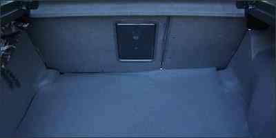 O volume do porta-malas de 370 litros, segundo o fabricante -