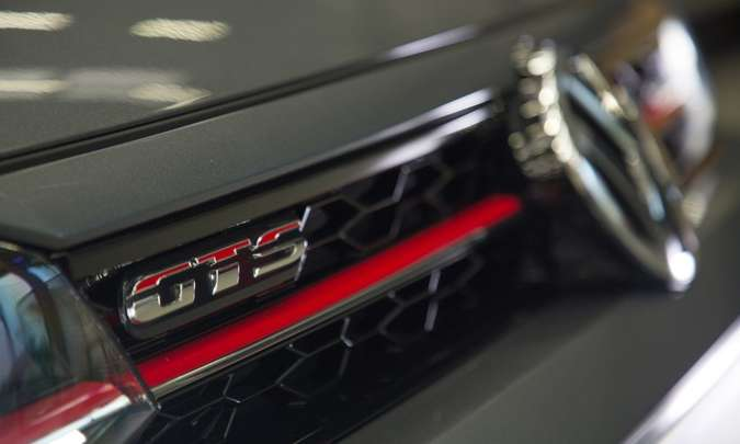 Grade do radiador tem visual de colmeia e a sigla GTS(foto: Volkswagen/Divulgação)