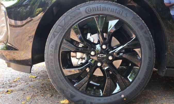 As rodas de liga leve de 16 polegadas são pintadas de preto, compondo o visual do Onix Plus Midnight(foto: Gladyston Rodrigues/EM/D.A Press)