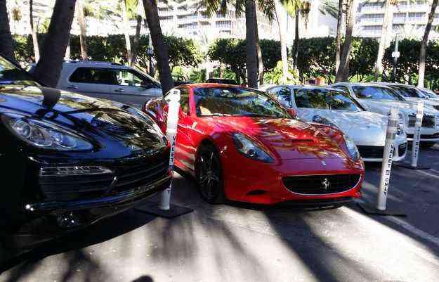Duas Ferraris, dois Rolls Royce e um Porsche, isso só na primeira fila do estacionamento - Jorge Moraes/DP/D.A Press