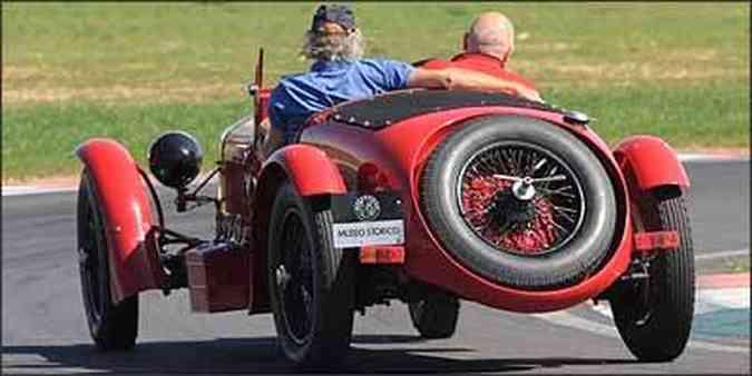 Apesar das enormes rodas calçadas com pneus estreitos, bólido vai bem nas curvas