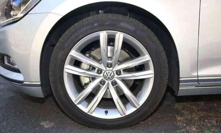 Modelo tem rodas de liga leve de 18 polegadas com pneus de perfil 45 - Edésio Ferreira/EM/D.A Press