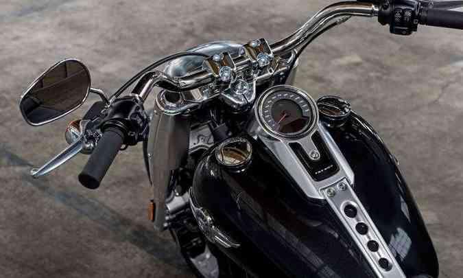 Painel segue o figurino tradicional, com um relojão montado sobre o tanque, que tem capacidade para 18,9 litros(foto: Harley-Davidson/Divulgação)