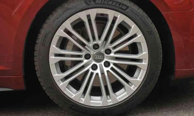 As belas rodas de liga leve de 18 polegadas são calçadas com pneus na medida 245/40 - Jair Amaral/EM/D.A Press