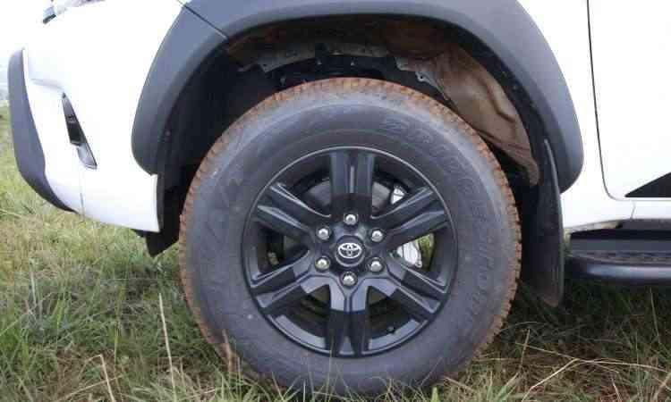 Versão traz rodas de 17 polegadas pintadas de preto - Edésio Ferreira/EM/D.A Press
