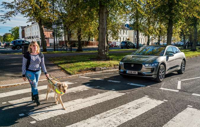O sistema de som avisa os pedestres mais vulneráveis de que um veículo elétrico (EV) se aproxima(foto: Divulgação )
