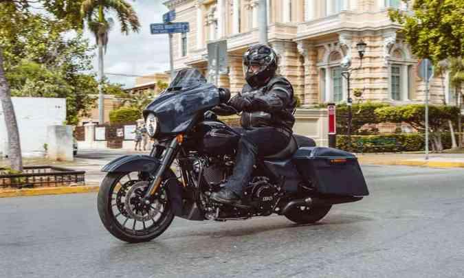 A Street Glide Special tem agilidade e malas estendidas estilo bagger(foto: Harley-Davidson/Divulgação)