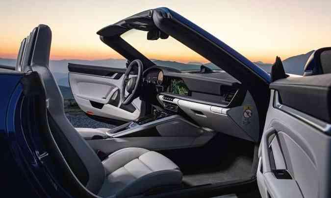 Interior tem acabamento sofisticado e painel em dois níveis horizontais, com tela central de 10,9 polegadas(foto: Porsche/Divulgação)