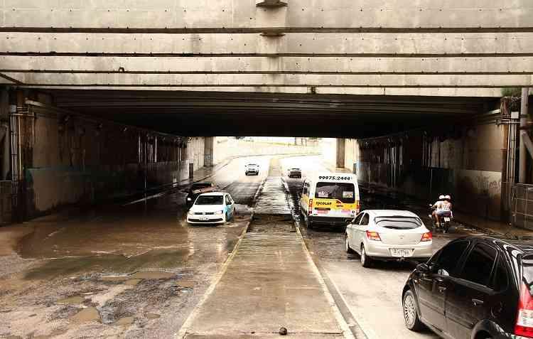 Quanto mais rápido se dirige, maior é o estrago ao passar por alagamentos ou buracos. Foto: Marlon Diego / Esp. DP -