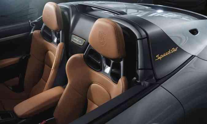 A capota de tecido fica escondida em compartimento fechado atrás dos bancos(foto: Porsche/Divulgação)