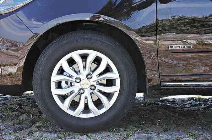 Roda da versão Elite com pneu de perfil ideal para o Brasil(foto: Fotos: Euler Júnior/EM/D.A Press)