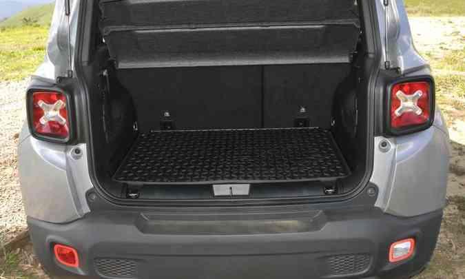 Com 320 litros de capacidade, o porta-malas é um dos menores do segmento de SUVs compactos(foto: Juarez Rodrigues/EM/D.A Press)