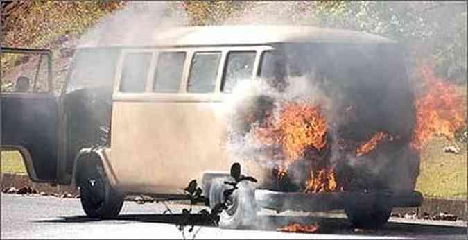 Incêndio: Kombi ardendo em chamas não é cena rara de se presenciar no trânsito (foto: Estevam Paiva/Divulgação - 2/8/07 )