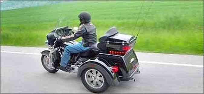 As rodas traseiras têm aros de 15 polegadas e a dianteira 16