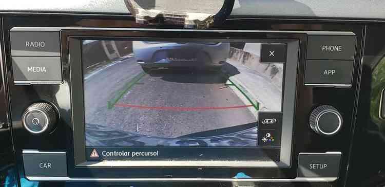Central multimídia, com sensor e câmara de ré.