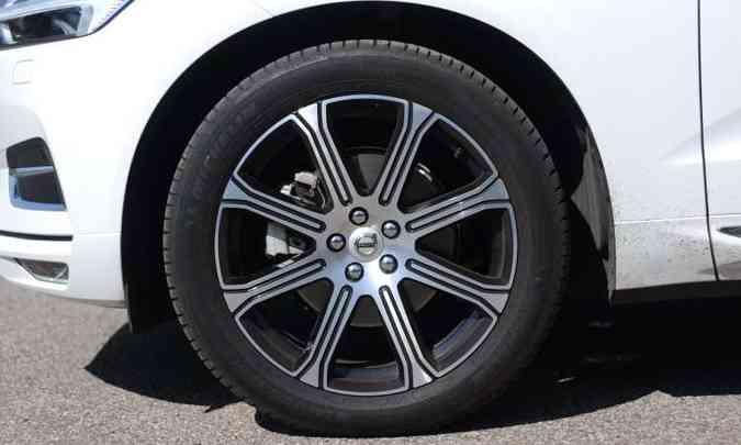 Belas rodas de liga leve aro 20 polegadas calçadas com pneus 255/45(foto: Leandro Couri/EM/D.A Press)