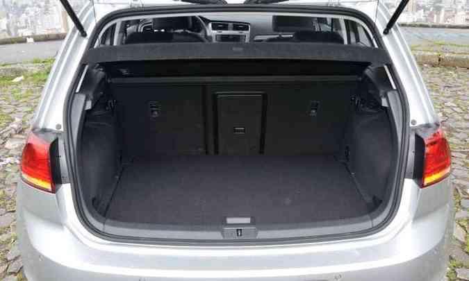Porta-malas de 313 litros é suficiente para o hatch(foto: Juarez Rodrigues/EM/D.A Press)
