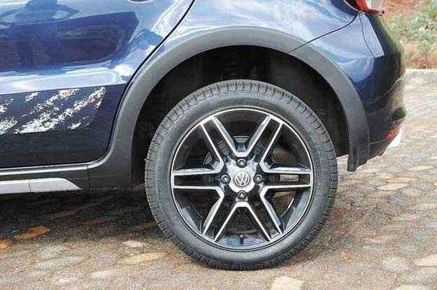 Roda de liga leve aro 16 e pneus de perfil 50 são incoerentes com versão aventureira - Gladyston Rodrigues/EM/D.A Press