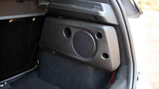 Subwoofer é item de série no Punto T-Jet, enriquecendo o sistema de som(foto: Marlos Ney Vidal/EM/D.A PRESS)