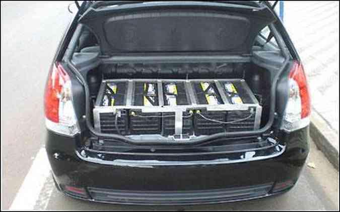 As 25 baterias de chumbo praticamente roubaram todo o espaço no porta-malas do Palio