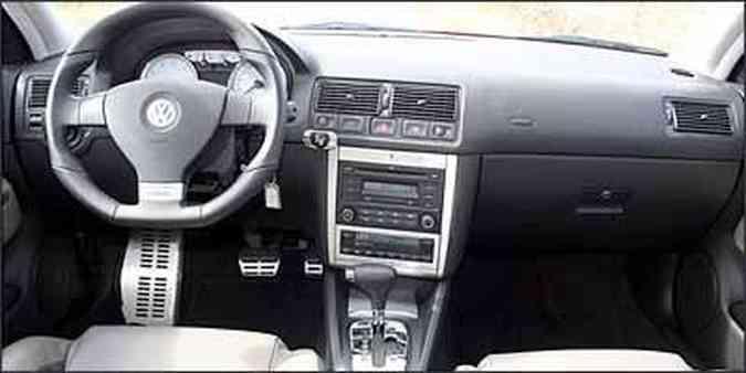 Versão GTI tem volante com formato diferente e painel com fundo branco(foto: Fotos: Marlos Ney Vidal/EM - 16/4/07)