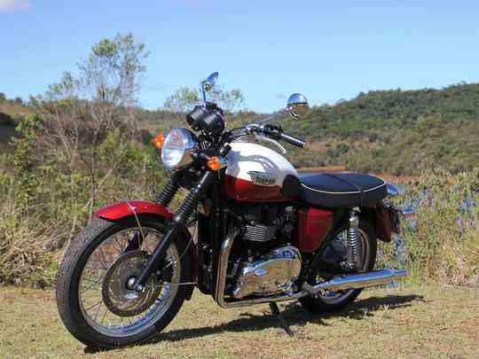 Com design dos anos 1960, mas tecnologia atual, a Bonneville tem motor de dois cilindros paralelos com bom desempenho e muita suavidade para encarar o dia a dia