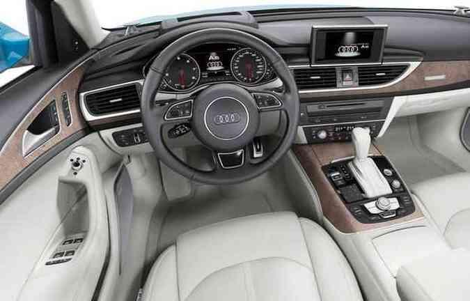 Interior é confortável e traz volante com comandos manuais(foto: Audi/divulgação )