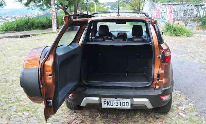 Para abrir a tampa do porta-malas é preciso reservar um bom espaço atrás do veículo(foto: Gladyston Rodrigues/EM/D.A Press)