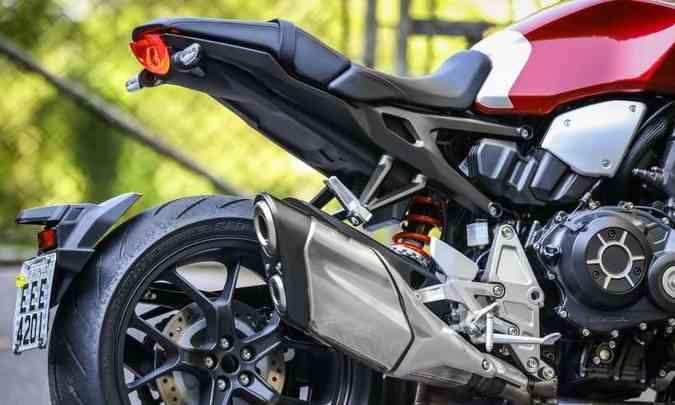 A roda traseira tem braço único oscilante de alumínio(foto: Caio Mattos/Honda/Divulgação)