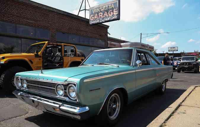 Apaixonados por carros antigos puderam conhecer de perto e realizar o sonho de dirigi-los. Foto: Jeep/ Divulgação