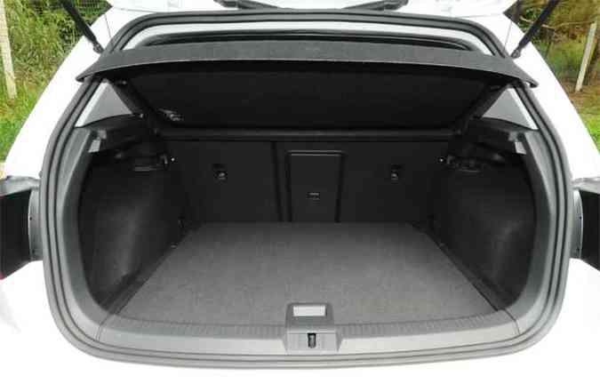 Porta-malas de bom tamanho para as dimensões do hatch (foto: Euler Júnior/EM/D.A Press)