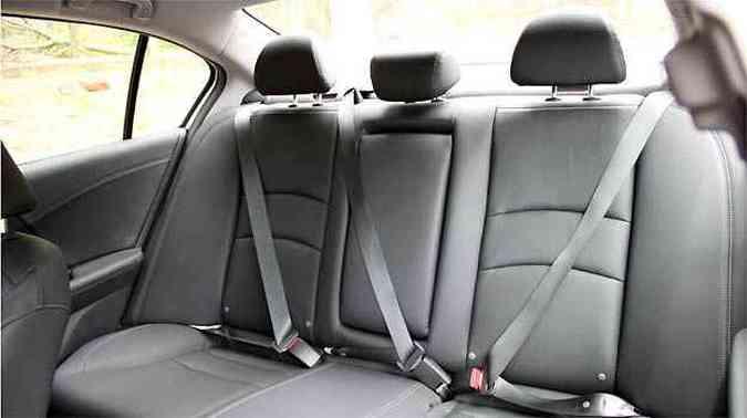 Segurança básica para todos no banco traseiro forrado em couro no Honda(foto: Marlos Ney Vidal/EM/D.A PRESS)