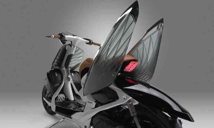 Quando abertas, as tampas laterais transparentes se transformam em asas - Yamaha/Divulgação
