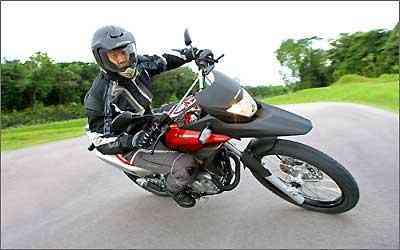 O retorno lento do acelerador pode causar a perda de controle da moto -