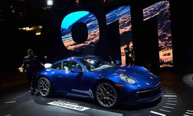 A oitava geração do icônico Porsche 911 mantém suas principais características, mas ficou mais volumoso(foto: FREDERIC J. BROWN/AFP)