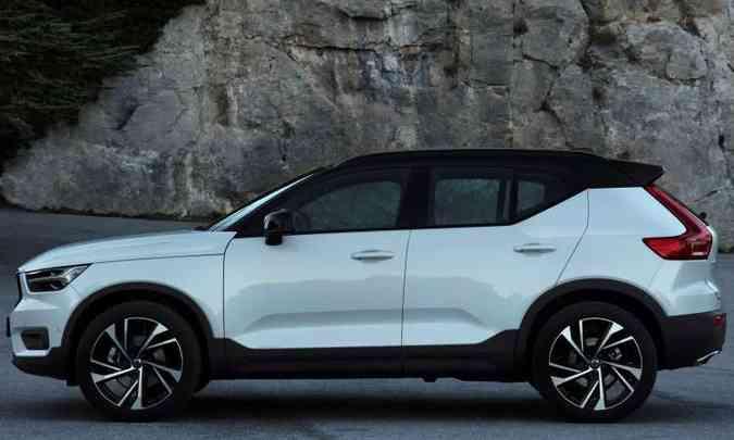 A versão T5 R-Design tem a opção do teto pintado em preto(foto: Volvo/Divulgação)