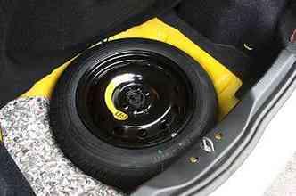 Nem mesmo o estepe menor do que os pneus de uso aumenta capacidade do porta-malas(foto: Marlos Ney Vidal/EM/D.A Press)