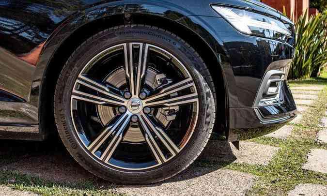 As rodas são de liga leve de 19 polegadas e os freios são a discos ventilados(foto: Jorge Lopes/EM/D.A Press)