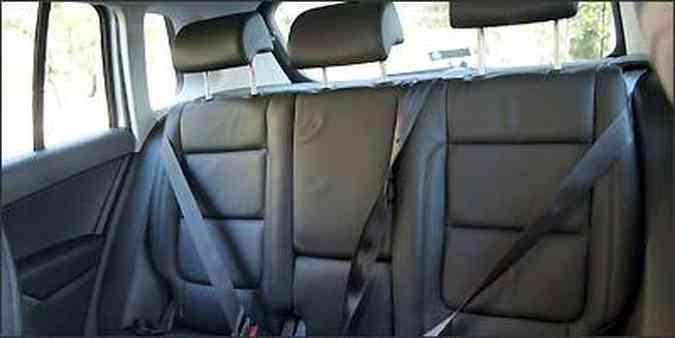 Segurança básica completa no banco traseiro, que tem assento e encosto com regulagens