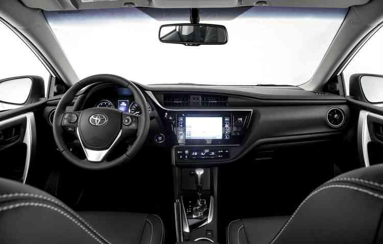 Interior da versão XEi recebeu detalhes em preto para aumentar a sofisticação do veículo. Foto: Toyota / Divulgação -