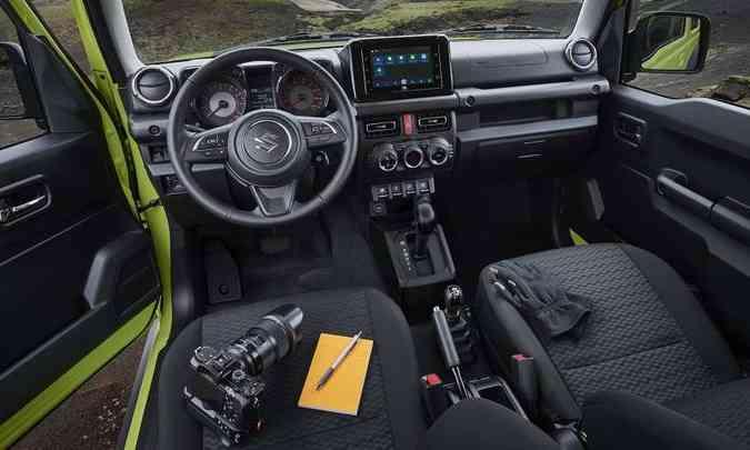 O interior tem acabamento simples e prático, fácil de limpar depois de encarar poeira(foto: Suzuki/Divulgação)