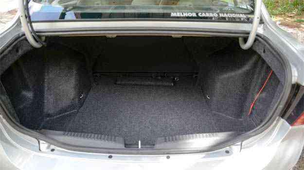 Pescoço de ganso consome parte do espaço no porta-malas dos dois modelos - Thiago Ventura/EM/D.A PRESS