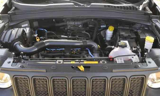 O motor quatro-cilindros 1.8 flex continua proporcionando desempenho limitado(foto: Juarez Rodrigues/EM/D.A Press)