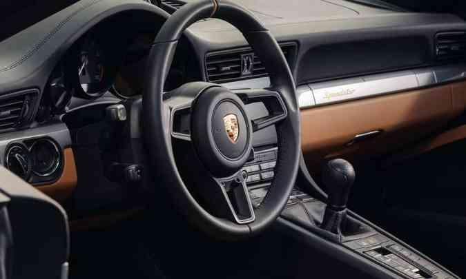 Modelo tem acabamento sofisticado e muita tecnologia para auxiliar o motorista(foto: Porsche/Divulgação)
