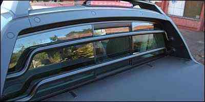 Barras de proteção da cabine prejudicam a visibilidade traseira -