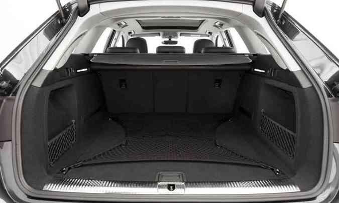 Porta-malas oferece espaço para 505 litros, 15 litros a mais do que na geração anterior(foto: Audi/Divulgação)